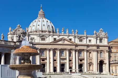 바티칸. 성 베드로 성당 앞에 분수