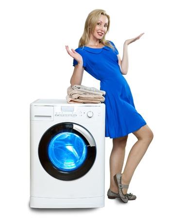 새로운 세탁기 근처의 행복한 젊은 여자 스톡 콘텐츠