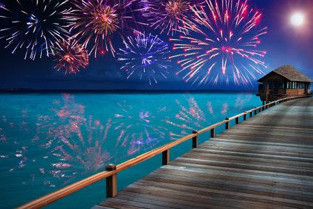 열대 섬에 축제 신년 불꽃 놀이 에디토리얼