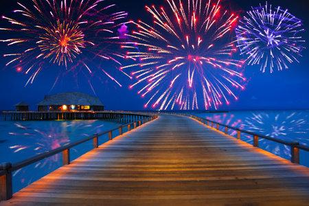 Festliche Neujahr Feuerwerk über der tropischen Insel