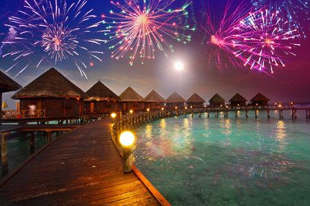Festliche Neujahr Feuerwerk über der tropischen Insel Standard-Bild - 14985414