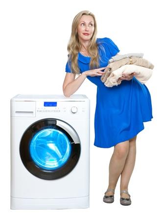 launder: La mujer feliz joven cerca de la nueva lavadora Foto de archivo