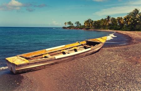 overturn: barca sul litorale una luminosa giornata di sole, con un effetto retr� Archivio Fotografico