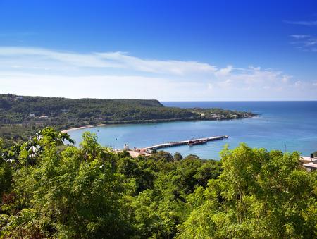 자메이카. 화창한 날과 산에서 바다입니다.