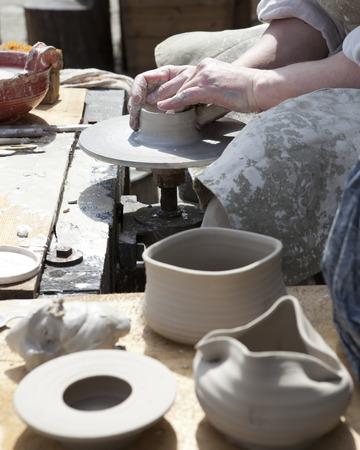 alfarero: El alfarero durante una moldura jarra