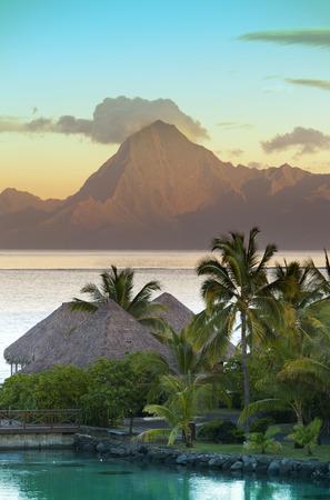 Coucher de soleil sur la mer et les montagnes, Tahiti.