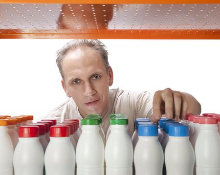 selects: L'uomo sceglie prodotti lattiero-caseari nel negozio