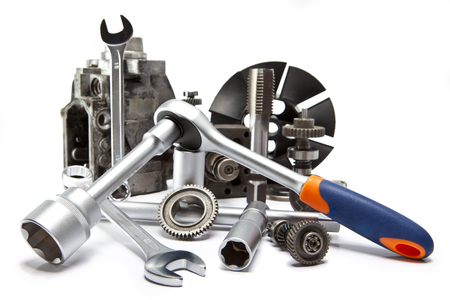 maquinaria pesada: la parte de la bomba de coche de alta presión y la herramienta para la reparación en el fondo blanco