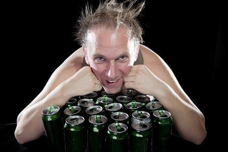 jarra de cerveza: El hombre borracho feliz cerca de tarros de cerveza vacías