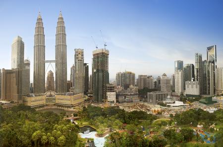 クアラルンプール、マレーシアのダウンタウン街のスカイライン。 写真素材