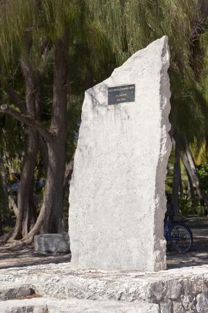 POLINESIA - 16 giugno: una pietra memorabile in onore delle regate di barche sull'isola Tikehau il 16 giugno 2011 in Polinesia