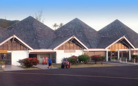 POLINESIA - 17 giugno: piccolo aeroporto sull'isola tropicale Huahine il 17 giugno 2011 in Polinesia francese