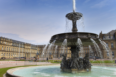 ドイツ、シュトゥットガルトの市内中心部のシュトゥットガルト城広場にある噴水 写真素材