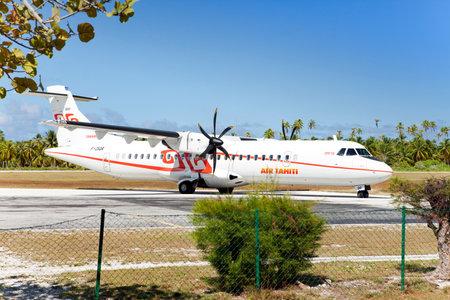 POLINESIA - 16 giugno: aereo a vite - ATR 72 Air Tahiti aziende fa atterraggio sulla piccola isola tropicale di Tikehau il 16 giugno 2011 in Polinesia francese.