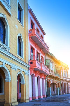 helle Häuser auf der Straße von Alt-Havanna, Kuba Standard-Bild