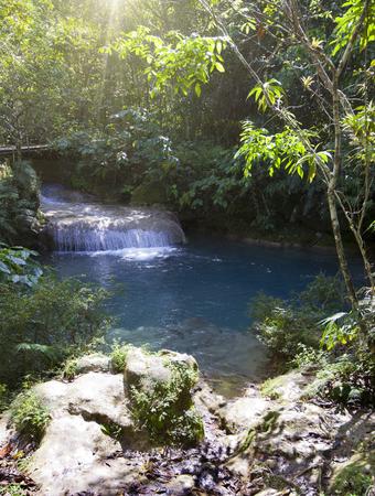 El río con etapas en el parque de Soroa. Cuba. Foto de archivo