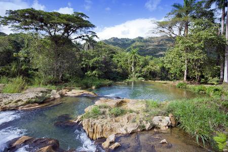 El río con etapas en el parque de Soroa. Cuba.