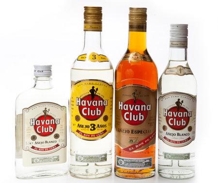 """SAINT-PETERSBURG, RUSSIA - 16 FEBBRAIO 2013: bottiglie di diverse dimensioni e forme con rum bianco e scuro """"Havana Club"""", prodotto a Cuba Editoriali"""