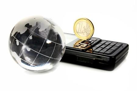 Globo de cristal es un tel�fono m�vil y la moneda de 1 euro aislado sobre fondo blanco