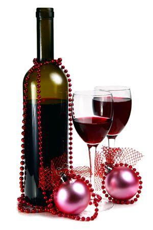 botella de vino tinto y decoraci�n de Navidad aisladas sobre fondo blanco