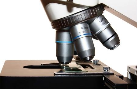 microscopio aislada sobre fondo blanco