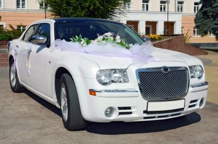boda coche en una arquitectura de fondo