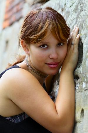 saarlouis: Retrato de una mujer joven en el fondo un muro de hormig�n, en Saarlouis ciudad peque�a, Saarland Alemania Foto de archivo