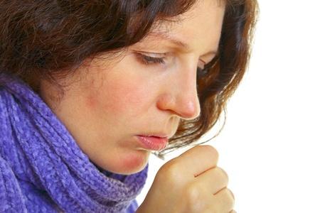 cough: Mujer joven con el pelo marrón tiene una gripe, aislado en fondo blanco, tiro del estudio.