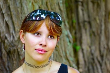 saarlouis: Retrato de una mujer joven en traje de fondo de �rboles de sauce, al aire libre en el parque en Saarlouis ciudad peque�a, Saarland  Alemania