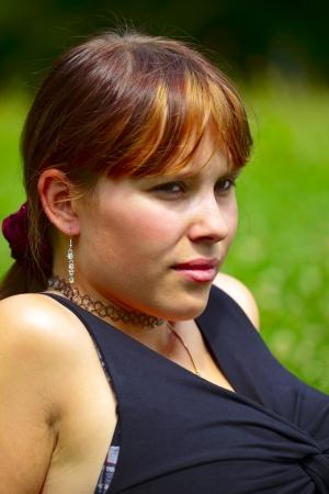 saarlouis: Retrato de una mujer joven se sienta en un prado verde en el sol, al aire libre en una peque�a ciudad de Saarlouis. Sarre  Alemania
