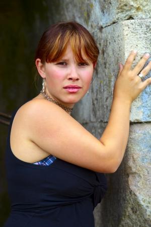 saarlouis: Retrato de una mujer joven en la pared de fondo de piedra arenisca, al aire libre en una peque�a ciudad Saarlouis  Sarre  Alemania Foto de archivo
