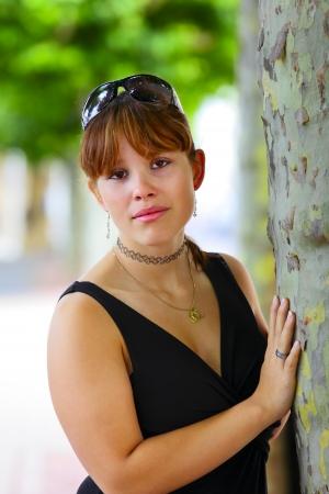 saarlouis: Retrato de una mujer joven en el fondo verde, en Saarlouis ciudad peque�a, Saarland  Alemania Foto de archivo
