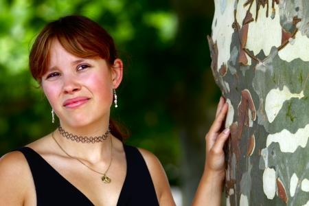 saarlouis: Retrato de una mujer joven en el fondo verde, en Saarlouis ciudad peque?a, Saarland  Alemania