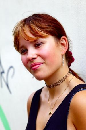 saarlouis: Retrato de una mujer joven en el fondo una pared blanca con graffiti, en Saarlouis ciudad peque�a, Saarland  Alemania