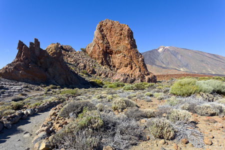 nacional: Rock formations in Parque Nacional del Teide, Tenerife, in the back Pico del Teide, Canary Islands, Spain.