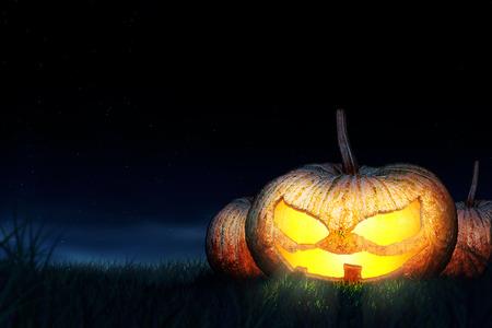 Halloween-Kürbisse sind Symbole der Halloween-Nacht. Das Hotel liegt in der Mitte des Feldes. Hinter ist der Nachthimmel.