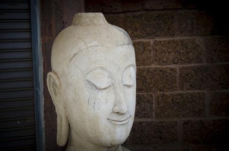 cabeza de buda: escultura de la cabeza de Buda. Foto de archivo