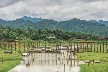 derrumbe: El viejo puente de madera puente colapso del puente sobre el río y el puente de madera (lun puente) en Sangklaburi, Kanchanaburi, provincia de Asia Tailandia