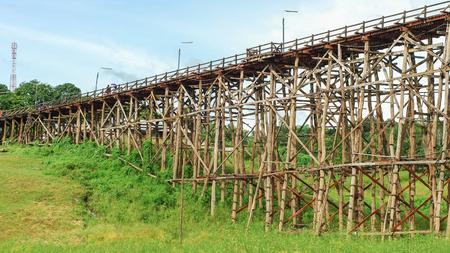 collapse: El viejo puente de madera puente colapso del puente sobre el río y el puente de madera (lun puente) en Sangklaburi, Kanchanaburi, provincia de Asia Tailandia