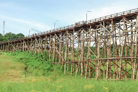 derrumbe: El viejo puente de madera puente colapso del puente sobre el r�o y el puente de madera (lun puente) en Sangklaburi, Kanchanaburi, provincia de Asia Tailandia