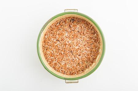 arroz blanco: arroz integral orgánico tailandés en el recipiente aislado en fondo blanco