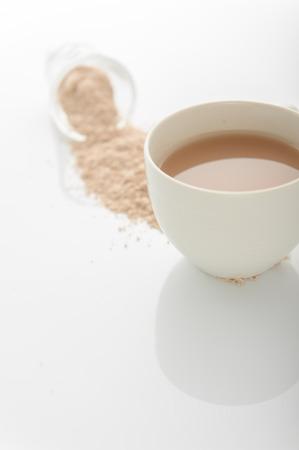 ガラスと米米のミルクは、分離の白い背景をトリミングします。ビーガンやベジタリアンのミルク概念。 写真素材
