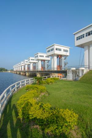 Uthokawiphatprasit sluisdeur, Pak Phanang Diversion Dam Project is een project specifiek door Zijne Majesteit de Koning van Thailand goedgekeurd. Stockfoto
