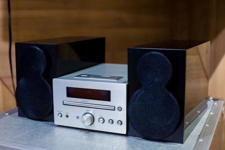 Vintage amplificateur stéréo hi-fi tuner, CD et haut-parleurs dans des armoires en bois Banque d'images