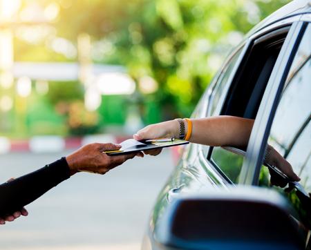 Selektywne skupienie się na kobiety zapłacić kartą kredytową z personelem na paliwo na stacji benzynowej.