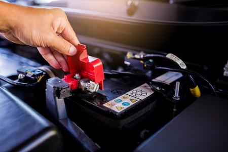 Verifique y realice el mantenimiento de la batería en el automóvil con usted mismo. Coche o vehículo de servicio y mantenimiento.