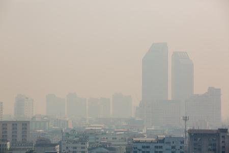Edificio de oficinas bajo el smog en Bangkok. El smog es un tipo de contaminación del aire. La ciudad de Bangkok en la contaminación del aire.