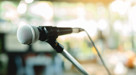 microphone on a stand up comedy stage with colorful boke Banque d'images - 115949179