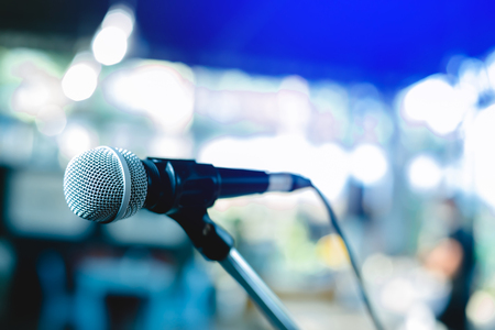 microphone on a stand up comedy stage with colorful boke Banque d'images - 115949182
