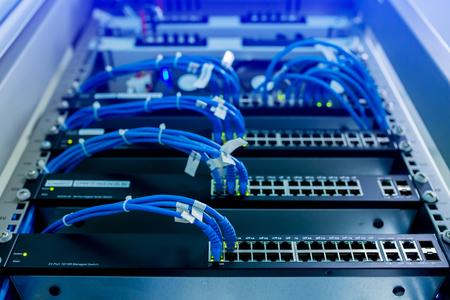 enfoque selectivo de cables de red y comunicación del sistema LAN del concentrador de conmutación de red. Cableado UTP y dispositivo de red informática Foto de archivo